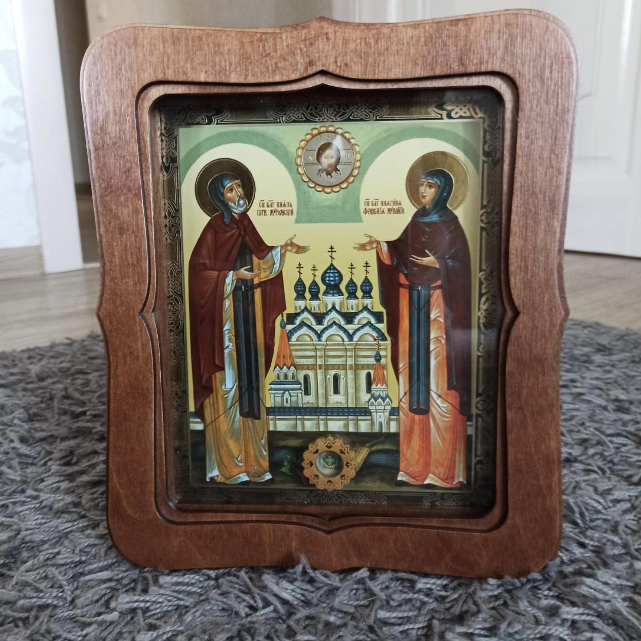 Икона святых Петра и Февронии с частичкой покровца от их мощей (22.5 на 26.5 см)